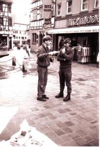 KjG 1987: Mit Soldaten über Kriegsdienstverweigerung diskutieren.